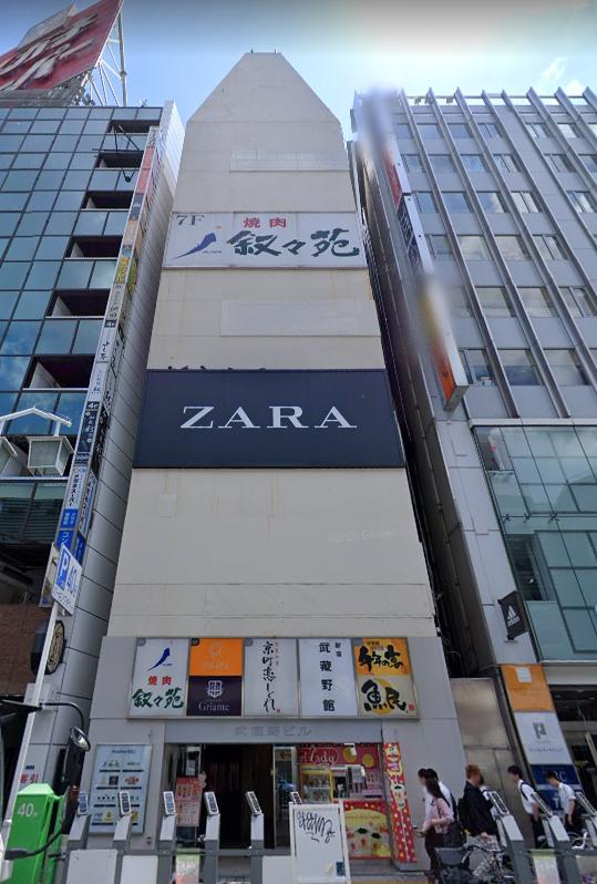 【新宿駅 徒歩1分 5F 駅至近!東口目の前大型店舗区画 【飲食可】】