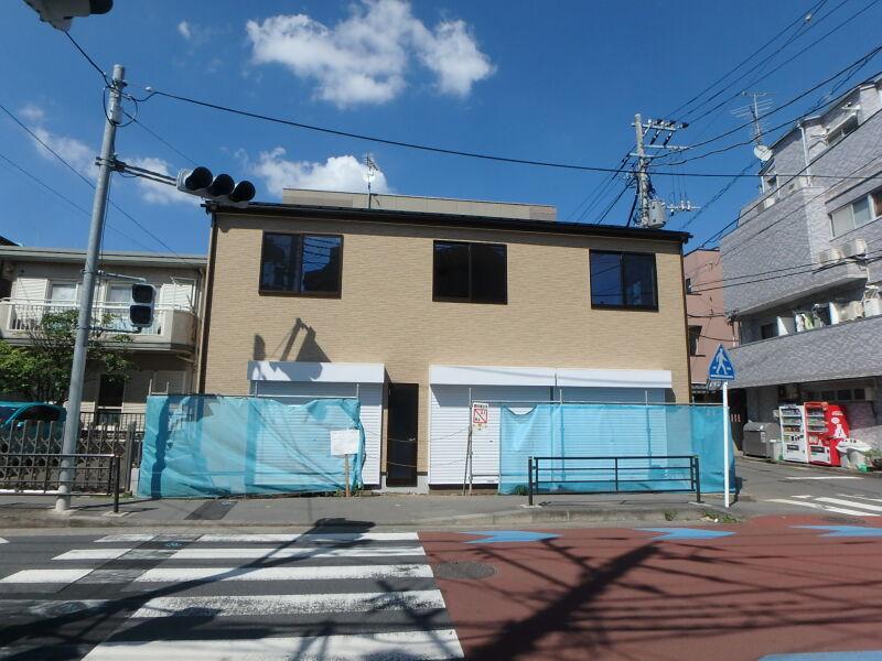 小田急線・JR南武線 登戸駅 徒歩4分 商店街もほぼ終わり住宅街へ。メゾネットタイプの3連棟新築スケルトン 【飲食可】 画像0